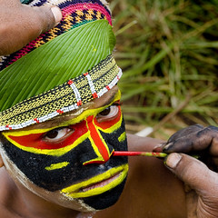 Papua New Guinea make up (Eric Lafforgue) Tags: pictures people photo highlands pacific picture tribal papou  tribe papuanewguinea ethnic tribo indigenous singsing papu ethnology tribu oceania   niugini 4780 papuaneuguinea lafforgue papuanuovaguinea  guin papuan papouasie papouasienouvelleguine mthagen mounthagen mounthagenshow melanesian papoeanieuwguinea papanuevaguine papuanyaguinea    papanuevaguinea   paapuauusguinea papuanovaguin papuanovguinea   papuanowagwinea papuanyguinea    papusianova bienvenuedansmatribu