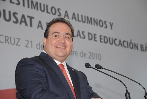 El gobernador Javier Duarte de Ochoa entregó estímulos a alumnos destacados y de equipo EDUSAT a escuelas de educación básica.