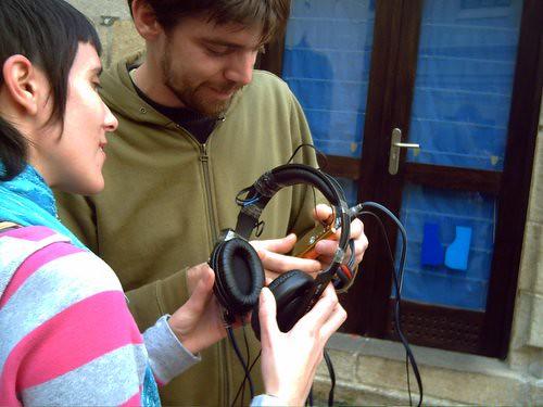 Dos jóvenes miran un auricular