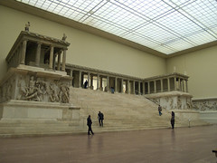 Altar de Zeus (freakyman) Tags: berlin germany olympus alemania pergamonmuseum e1 zd 1445mm prgamo altardezeus