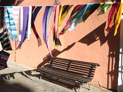 LA ESPERA (Roco Jaramillo) Tags: sombra colores silla puebla espera bufandas ambulante trapos