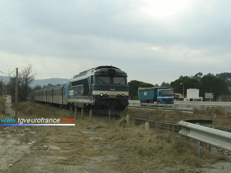 Une locomotive Diesel-électrique BB 67400 (la BB 67578) avec les persiennes d'origine et une rame réversible régionale aux environs de Simiane