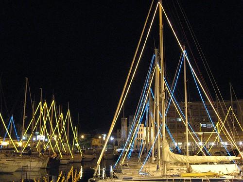 Le barche a vela nel porto di savona addobbate a festa, sullo sfondo la campanassa.