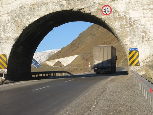 Overhead 'river tunnels' on the way up Seletotun Pass, Turkey / セレトトン峠のトンネル(トルコ)