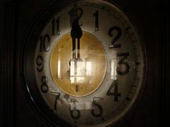 Tempo (Sandro Andretta) Tags: reflection clock window hands solitude time numbers reloj janela hours reflexo tempo relgio nmeros solido horas penumbra ponteiros
