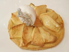 Tarta de manzana caliente con helado de manjar blanco