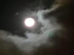 調慢快門所拍的動態雲與月