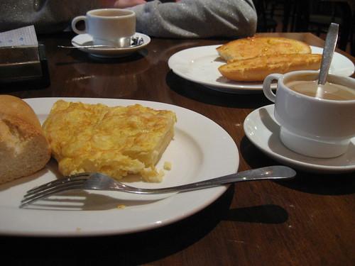 Tortilla de patata para desayunar o pan con tomate y aceite