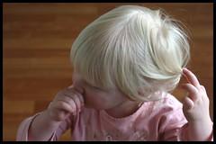 Making curls | Krullen draaien (Dit is Suzanne) Tags: pink portrait children kinderen v canondigitalrebel portret  roze  views200 08042006   ditissuzanne