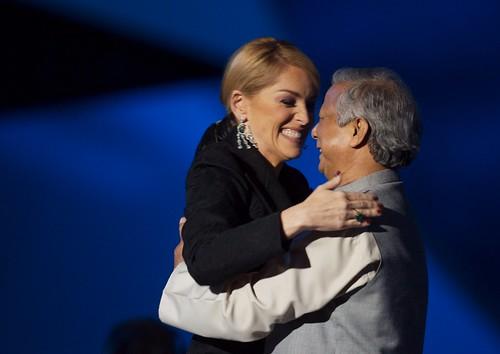 Muhammad Yunus y Sharon Stone abrazandose