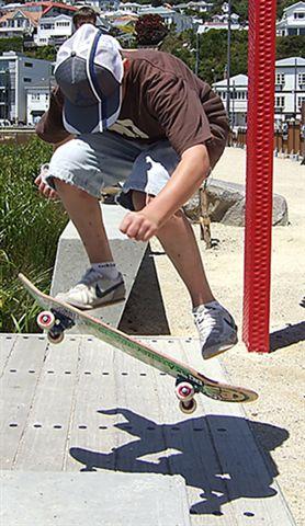Stefan skateboarding ar Waitangi Park, Wellington