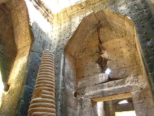 寶劍寺中心的牆上,都是孔洞