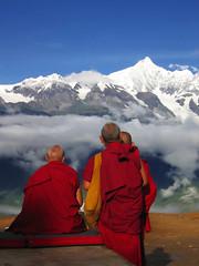Snow Mountain & Monks (pong_pong) Tags: china trip travel red mountain topf75 monk  yunnan  kawagebo lpred