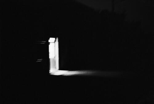 Porte ouverte sur la nuit