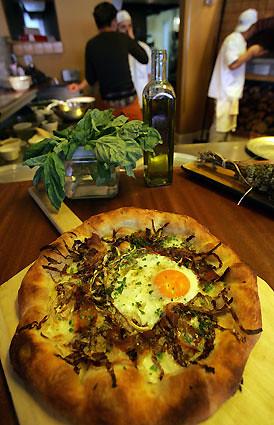mozza egg pizza