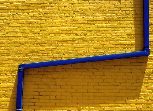 Blue pipe yellow wall (by Daniel Schwabe)
