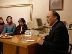 Doç.Dr. Haluk Dursun kursiyerlerle sohbet ederken.