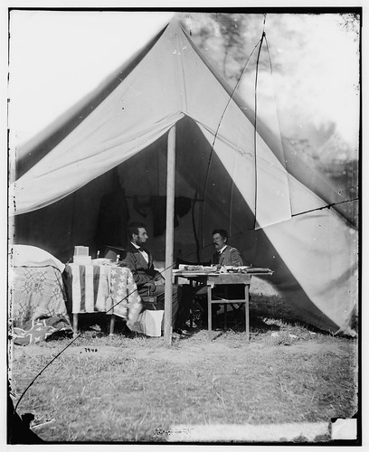 No Known Restrictions: President Lincoln and McClellan at Antietam by Alexander Gardner, 1862 (LOC) / pingnews.com