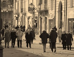 The old crowd (menteblu61) Tags: life people italy vintage walking gente newyear massa provincia vita crowded 2007 molise anziani onassignment campobasso blueribbonwinner folla passeggiare vitadiprovincia abigfave onassignmentgroupcrowdedshot oldcrowd papereffect