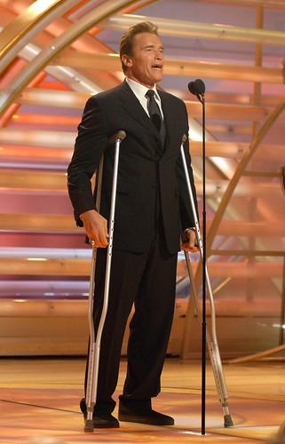 Arnold Schwarzenegger con muletas