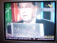 Michel Aoun houdt foto vast (screenshot)