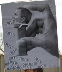 Les mensonges de Georges Bush, illustrés avec cette pencarte dans les rues de Washington
