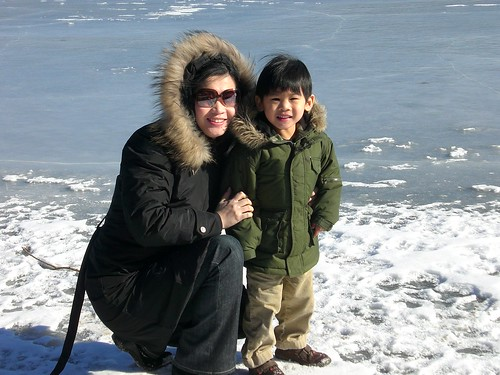 安仔與媽媽在冰湖上