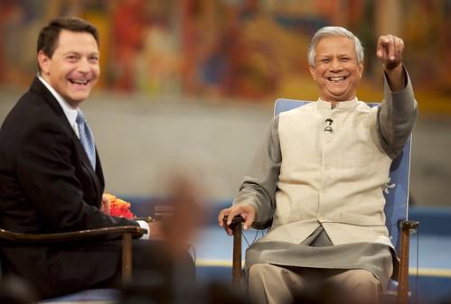 Muhammad Yunus y Jonathan Mann
