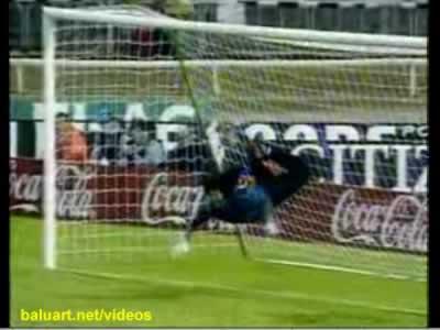 René Higuita atajando un gol con el Escorpión