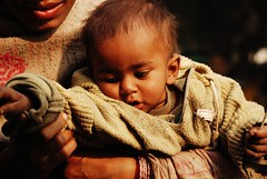 SADAVRATA, ELEMOSINA (met.e.o.r.a) Tags: baby india child delhi motherandchild stolenshot humanfaces elemosina poorty sadavrata ie2007boundaries ie2007boundaries1 ie2007boundariesmeteora questarappresentailconfinedelladignit