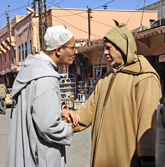Rencontre au Marrakech (Julie70) Tags: people portraits friendship candid culture bodylanguage morocco together mostinteresting marrakech handshake choice elders myfavorites amiti 2007 rencontre interactions mostfav someofmyfavorites julie70 morrocans marocains prefered mesfavoris photojuliekertesz juliekertesz j5marrakech burnus mypreferred 100mostinteresting 120of50000