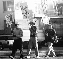 Honk for Peace (Thomas Hawk) Tags: california city blackandwhite bw usa america out oakland blackwhite focus peace unitedstates unitedstatesofamerica iraq protest s u eastbay honk protesters