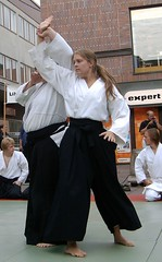 Aikido girls (Solinde) Tags: demo aikido linkping lbk budo august2006 lillatorget linkpingsbudoklubb