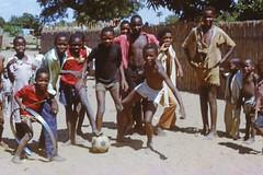 Jugendliche in einem Vorort von Maputo