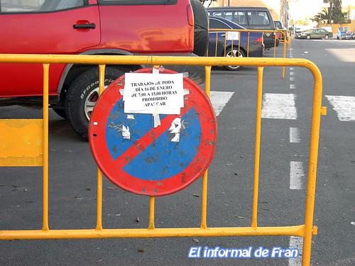 señal con cartel de preaviso erroneo