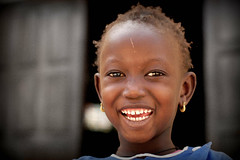 Sonrisa (Payuta Louro) Tags: africa trip travel vacation girl photo child nia senegal sonrisa mirada isla louro pendientes berberechos desaturado 50club vieteado ltytr1 ostrellina
