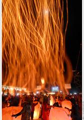 Sky Lantern Festival in Pingsi, 2007/2/28 (*dans) Tags: longexposure taiwan lantern lanternfestival 2007   pingsi yuanxiao  lighttrail pingxi skylantern yuanxiaofestival  skylanternfestival heavenlylanternfestival   signalflares   newtaipeicity