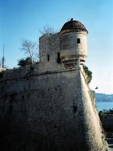 Paddock Café :: Villefranche のお城の擁壁