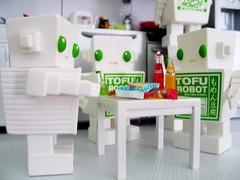 03042007_24.jpg (spicybrown) Tags: robot tofu japanesetoy vinyltoy tofurobot spicybrown kazukoshinoka junkonatsumi
