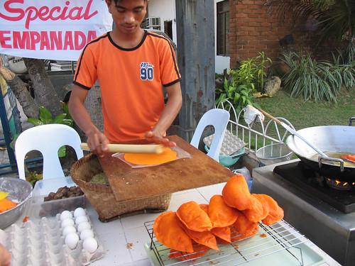 Pinoy Filipino Pilipino Buhay  people pictures photos life Philippinen  菲律宾  菲律賓  필리핀(공화국) Philippines  Cabugao, Ilocos Sur Young man preparing Vigan empanada, street, sidewalk vendor rural