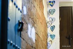 Corazones en azul - Cuori in blu - Hearts in blue (Álvarez Bonilla) Tags: málaga familia otoño vacaciones bianco blanco white blue blu azurro azul door puerta porta pared wall muro corazones corazón cuore heart