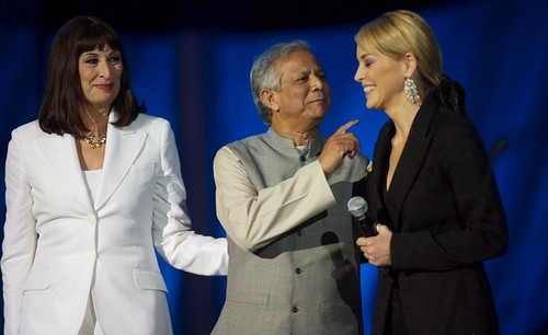 Anjelica Houston, Muhammad Yunus y Sharon Stone