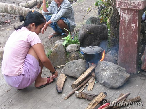 Girl cooking rice in a makeshift stove firewood rural sidewalk rural scene stove Pinoy Filipino Pilipino Buhay  people pictures photos life Philippinen  菲律宾  菲律賓  필리핀(공화국) Philippines