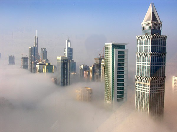 rascacielos dubai niebla