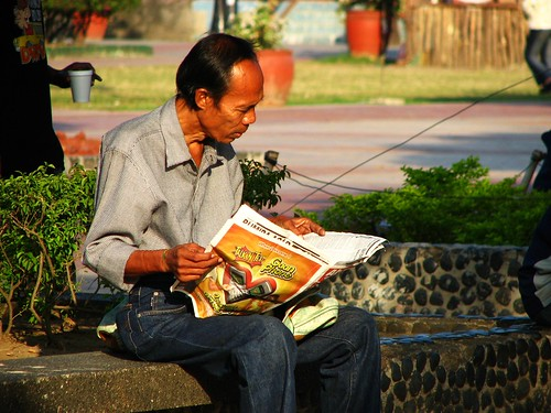 Luneta, Manila old man reading newspaper park Pinoy Filipino Pilipino Buhay  people pictures photos life Philippinen  菲律宾  菲律賓  필리핀(공화국) Philippines