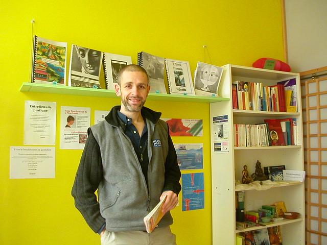 Suvannavira dans la salle de réception au Centre Bouddhiste de l'Ile de France, à Paris.