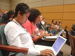 Dos mujeres realizan live blogging