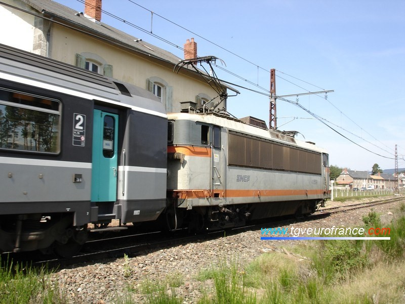 """Une locomotive BB 8500 en livrée """"béton"""" grande cabine en tête du train Corail """"L'Aubrac"""" au passage en gare de Ruynes-en-Margeride"""