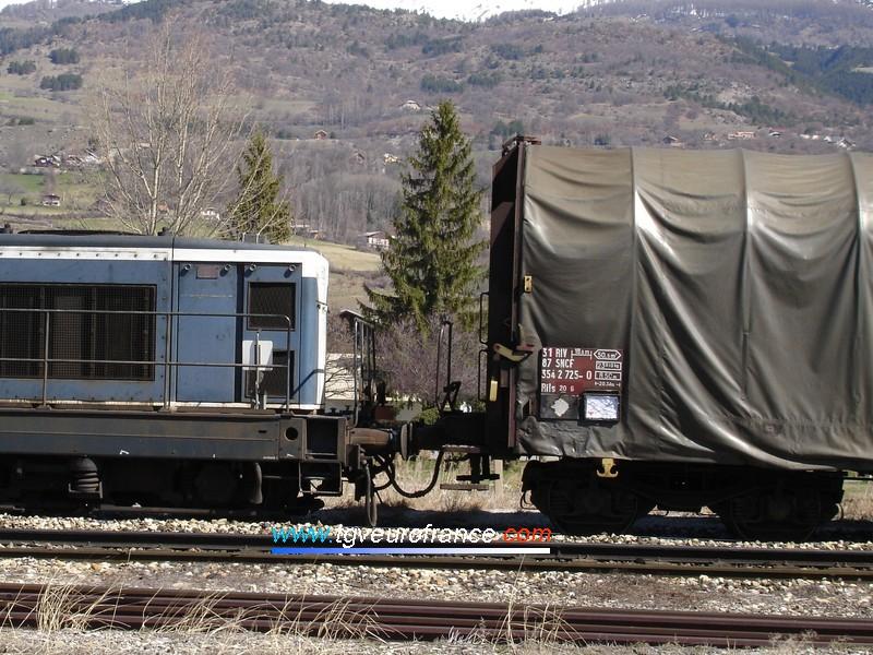 Vue détaillée de l'attelage entre une locomotive BB66000 et un wagon Rils débâch'-vite