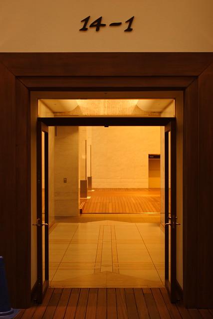 扉の手前と奥